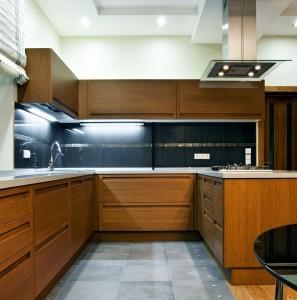 Interior of a modern wooden kitchen © Depositphotos / YegorP