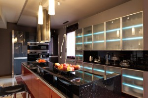 Kitchen with black marble, glass and stainless steel: an esthetic mix!