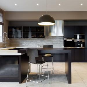 Sophisticated matte black kitchen interior © Depositphotos / YegorP