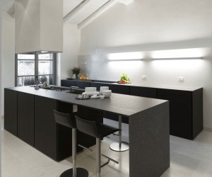 Black & white kitchen in a small city appartement.